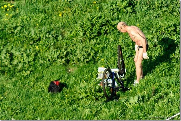 Не шалит, никого не трогает, починяет велосипед...