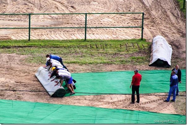 Таджики расстилают ковёр