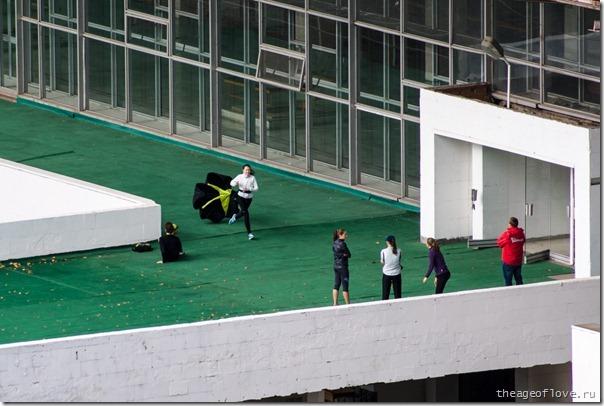 Спортсменка с тормозным парашютом