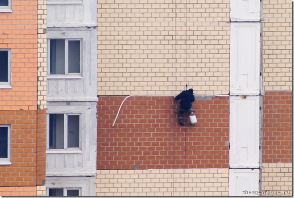 Человек-паук конопатит гнездо