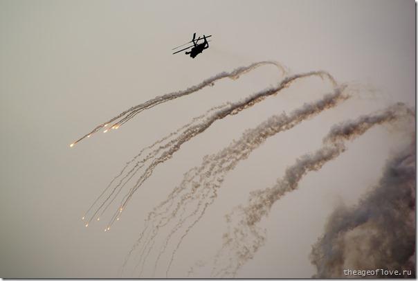 Вертолёт отстреливает тепловые ловушки