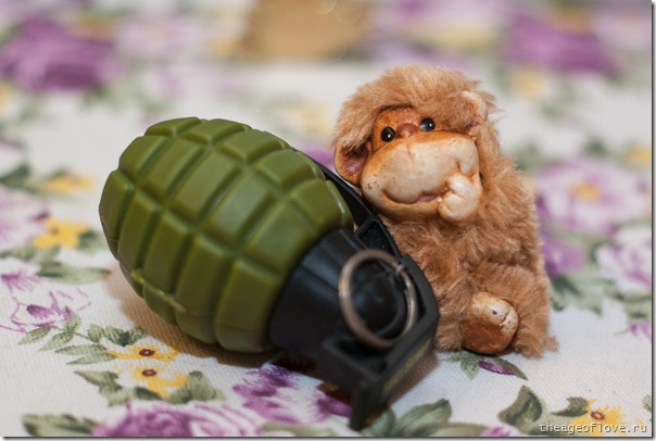 Символ года - обезьяна с гранатой